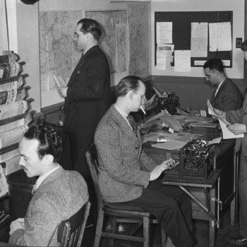 Illustratie: foto van een Canadese redactie in de jaren veertig van de vorige eeuw.